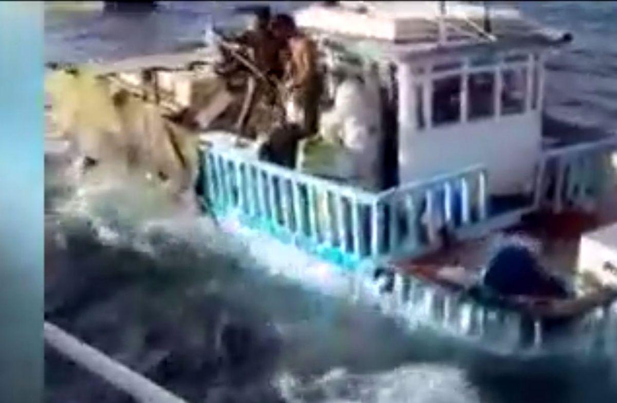 لحظه غرق شدن لنج ایرانی با بار میلیاردی + فیلم دیده نشده